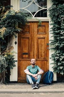 男ひげのメガネ座っている男通りデンハーグデンハーグシティーウォークワン
