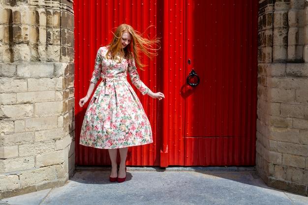 夏の通りを歩く女性ハーグデンハーグオランダ