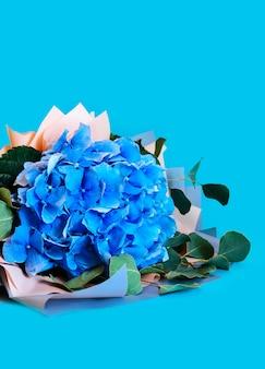 青いアジサイ分離背景の葉の花束