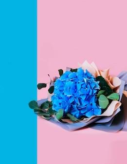 青いアジサイ分離背景の葉ブーケピンクの花コピースペース