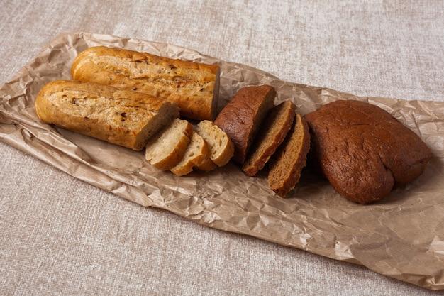 Хлеб чиабатта кусочки еды на коричневой бумаге холст