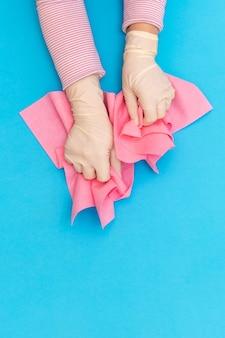 手保護ピンクグローブぼろワイパーホワイトバックグラウンドブルー