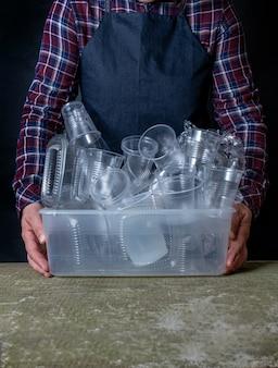 Коллекция пластиковой посуды посуда ручной черный фон контейнер посуды