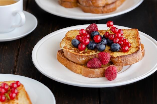 Французский тост с ягодами на завтрак