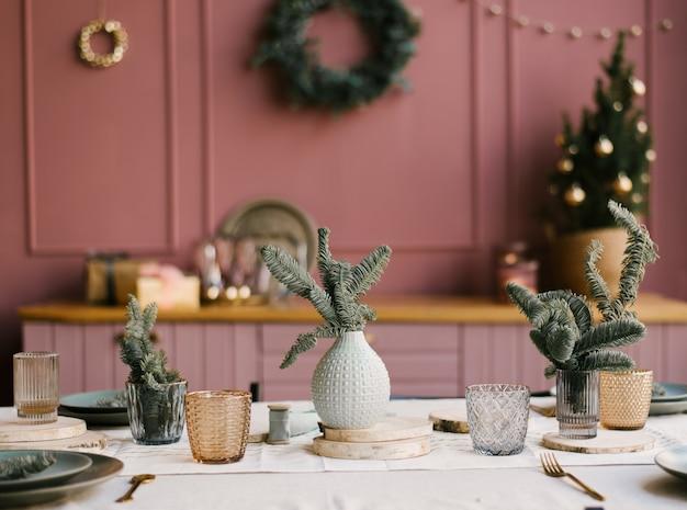 クリスマスと新年の装飾。小ぎれいなな枝とピンクのキッチン