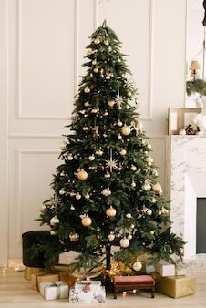 クリスマスと新年の装飾。おもちゃとギフトのクリスマスツリー