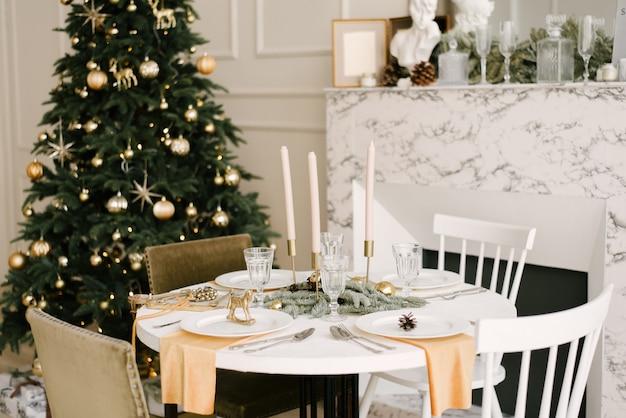 美しいクリスマスデコレーション付きのキッチン。休日の背景。新年