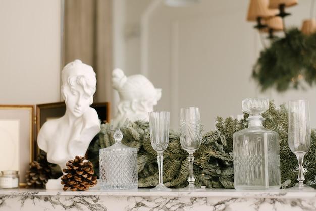クリスマスと新年の装飾。クリスマスツリー、セレクティブフォーカス付きのリビングルーム