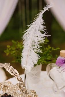結婚式、結婚式の装飾、セレクティブフォーカスの白い羽