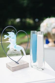 屋外の結婚式、船、ロマンチックな装飾のための白と青の砂