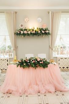 結婚式や休日の装飾のコンセプト、テーブルのフラワーアレンジメント、新婚夫婦のプレジジウム