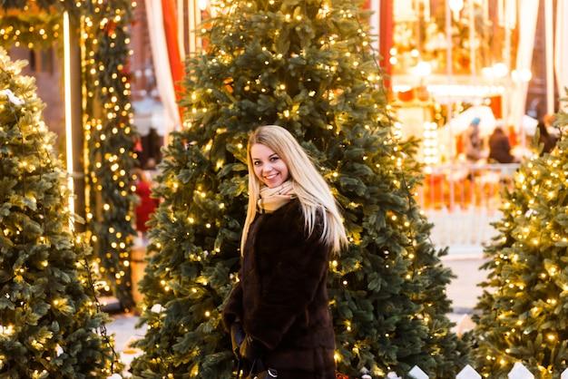 完全な成長の肖像画、クリスマスの時期にモスクワの赤の広場でミンクのコートを着たロシアの美しい女性