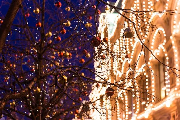 ロシアのモスクワでのクリスマス。夜の赤の広場とモスクワのデパート。