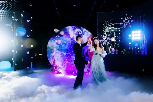 Удивительный первый свадебный танец на густой дым с красивым светом и афонами. декор в стиле космос. космическая свадьба