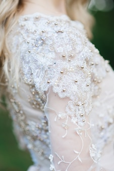 ウェディングレースドレスのクローズアップ
