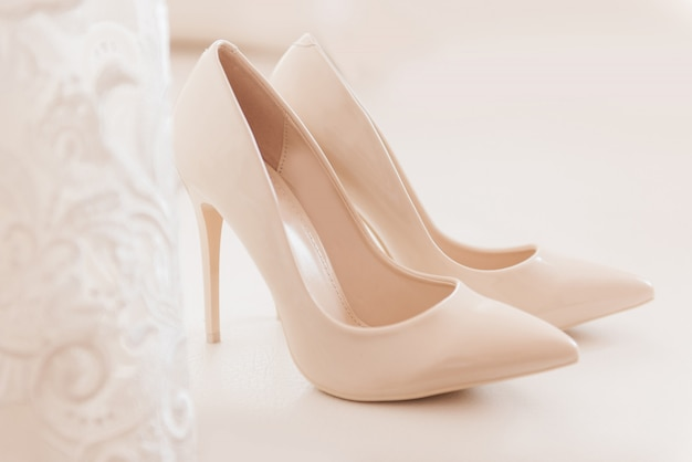 女性の結婚式の靴、花嫁の料金、セレクティブフォーカス