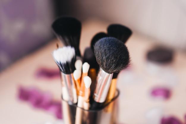 Набор различных кисточек для макияжа крупным планом / набор кисточек для макияжа