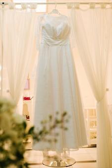 ウェディングドレスのビューが式を待っています。