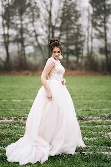 Красивый портрет невесты в элегантном платье в полный рост. свадебная фотография