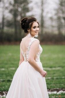 Красивый портрет невесты в элегантном платье. свадебная фотография