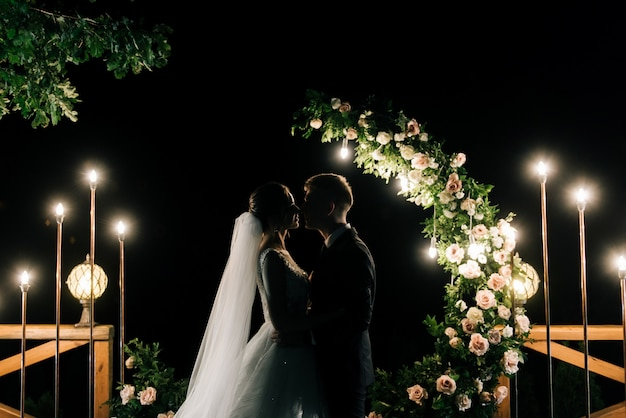 成長のための全体的な計画。結婚式の新婚夫婦は空に美しい敬礼を見る。