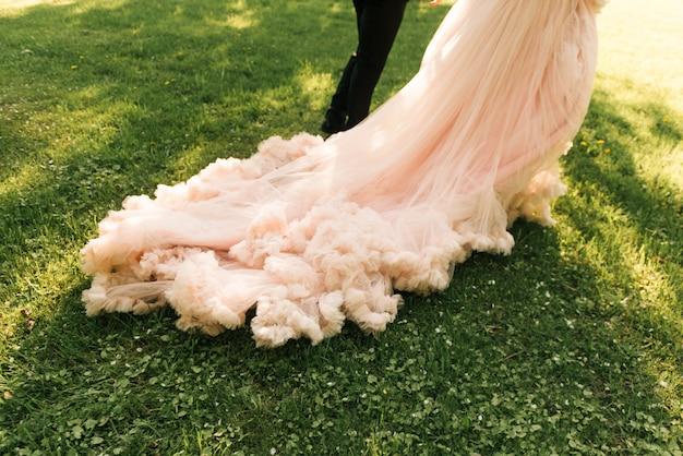 Жених и невеста с длинным шлейфом