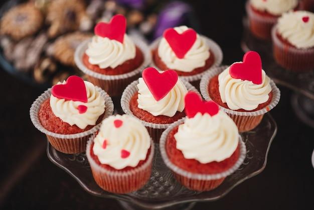 結婚式のキャンディーバーのための甘いカップケーキ、美味しくて美しい