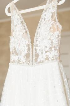 鏡に掛かっているウェディングドレス