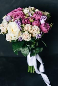 Красивый свадебный букет для невесты с белыми, розовыми и фиолетовыми розами