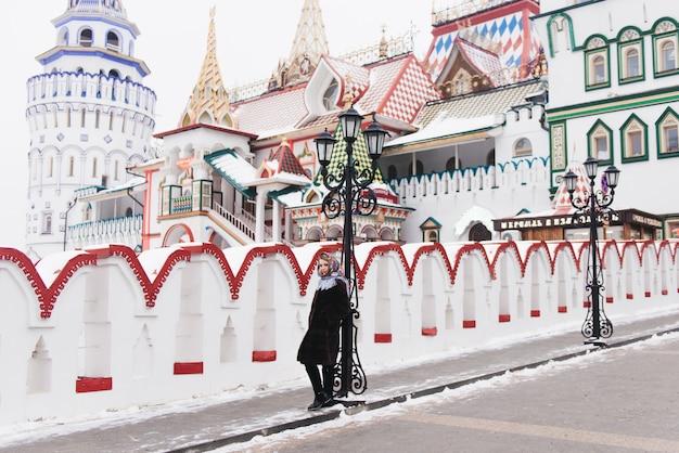 ミンクのコートを着た美しい少女がモスクワを歩く