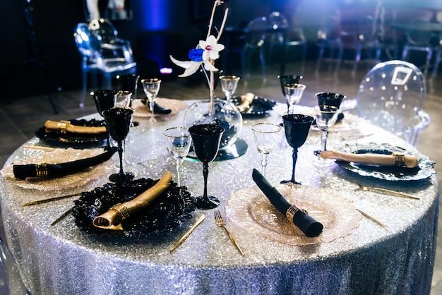 イベントパーティーや結婚披露宴用に設定されたテーブル。