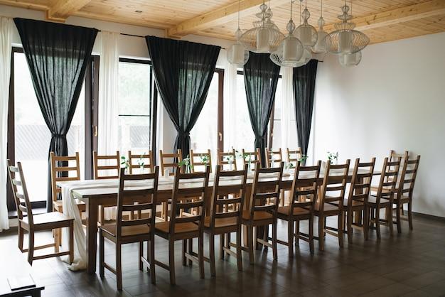 結婚式の装飾。結婚式のインテリア。お祝いの装飾。テーブルの装飾。テーブルのレイアウト。レストランのインテリア。選択フォーカス