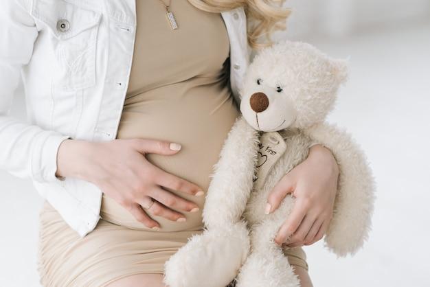 美しいブロンドの妊娠中の女性
