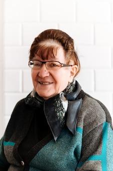 幸せな高齢者の年配の女性の肖像画と笑顔を閉じる
