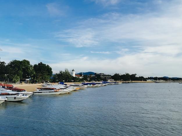 ボートやボートはビーチ、タイのプーケットの港にあります