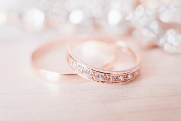 Обручальные кольца на светлом фоне