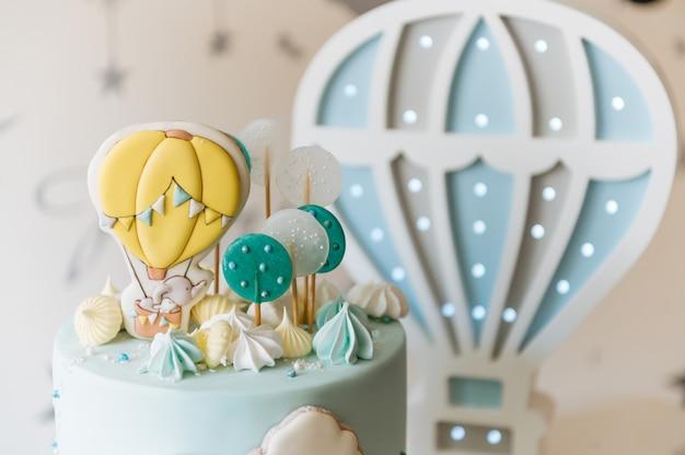 Детский торт ко дню рождения, синий торт с облаками, безе и воздушные шарики