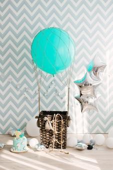 大きな青い風船とバスケットのある記念日または誕生日の写真ゾーン