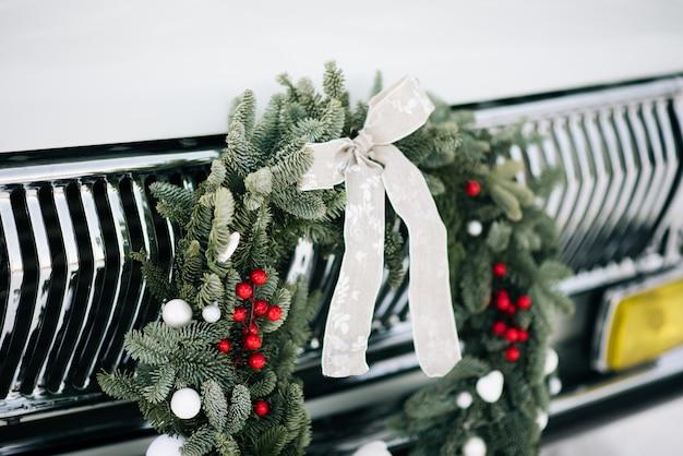 レトロな車にクラシックなクリスマスリース