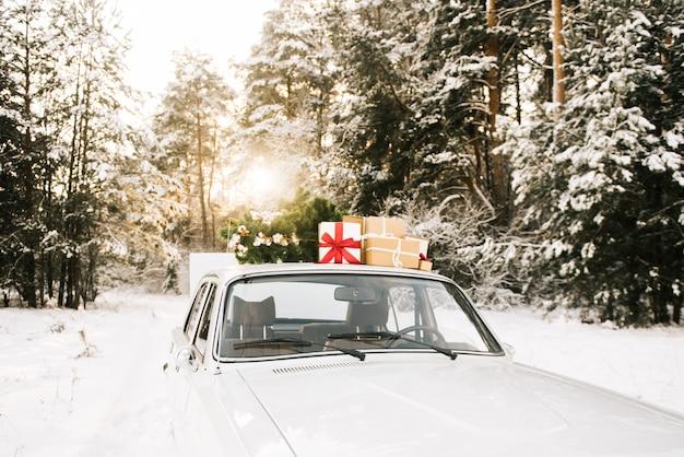 ギフトと冬のクリスマスツリーとレトロな車