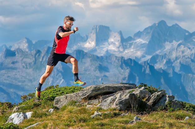 スカイランナーのアスリート男が高山でトレーニング