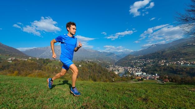 Профессиональный горный спортсмен тренируется