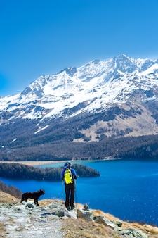 彼女の忠実な犬と一緒に山をハイキングの女の子