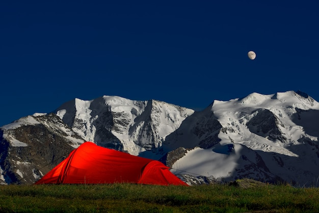 アルプスの氷河の下の孤独のテント