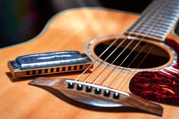 Акустическая гитара с блюзовой гармоникой кантри