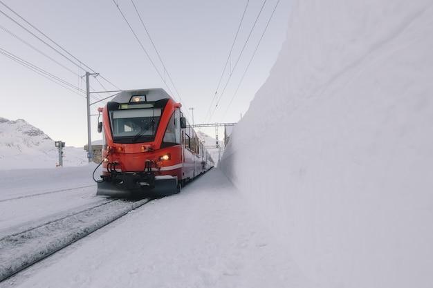 雪の真っ只中にグリソンの赤い電車