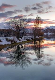 夕暮れ時のスイスアルプスのエンガディン渓谷の風景