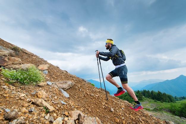 棒で山に登る