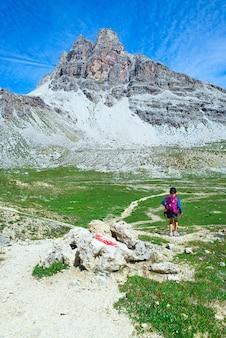 Ребенок во время похода в горы