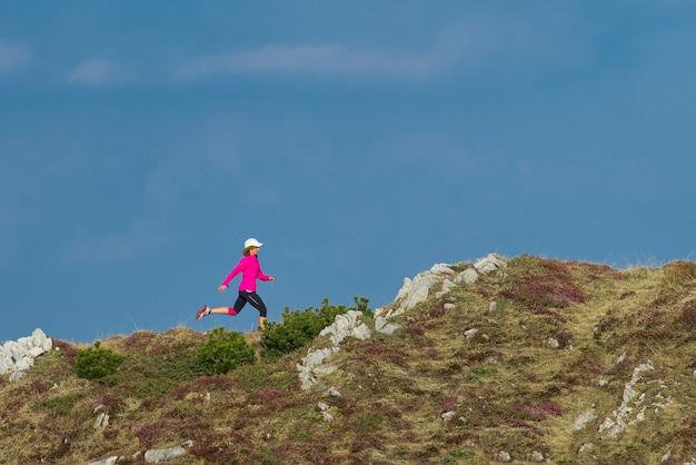 山を駆ける少女アスリート